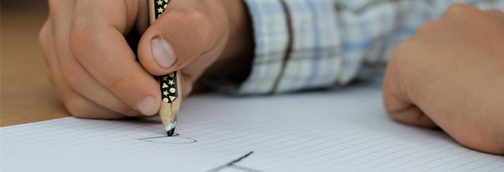 תעלומות על גוף האדם: ילד כותב על דף עם עיפרון