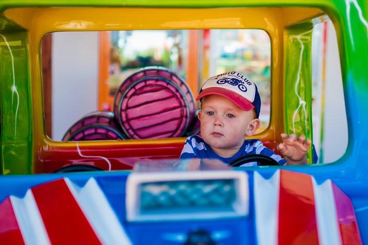 עצות לגידול ילדים מאושרים: ילד יושב במכונית צעצוע