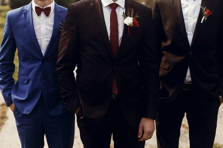 5 שלבים בדרך לחליפת חתן מושלמת: שלושה גברים בחליפות חתן