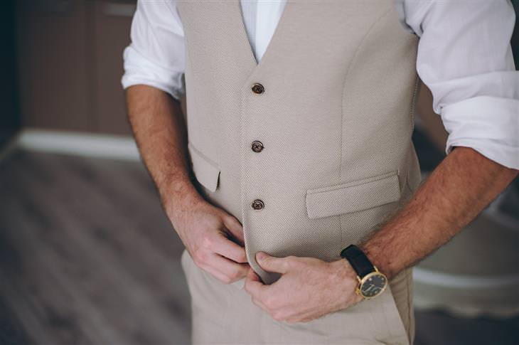 5 שלבים בדרך לחליפת חתן מושלמת: בחירה קלאסית ומפתיעה - צבע שמנת בז' (איש בחליפה בצבעים בהירים)