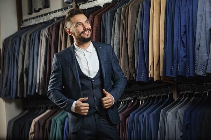 5 שלבים בדרך לחליפת חתן מושלמת: חליפת 3 חלקים - בעיקר לאירועי חורף (איש בחליפה בחנות חליפות)