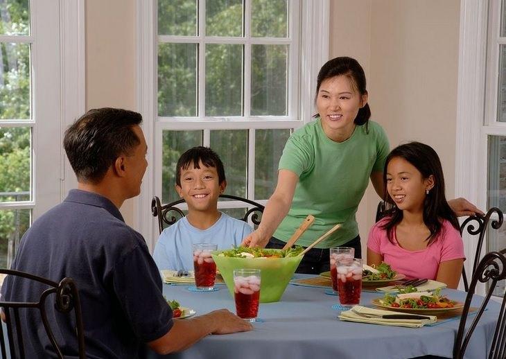 עובדות מעניינות: משפחה יושבת מסביב לשולחן ואוכלת