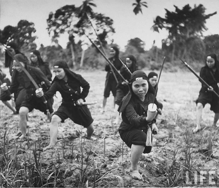"""רגעים מההיסטוריה: נשים לוחמות מארגון """"האו האו"""", מתאמנות בג'ונגל (1948)"""