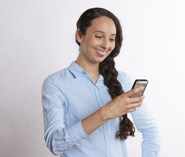 עובדות מעניינות: נערה מחזיקה טלפון נייד ומקלידה