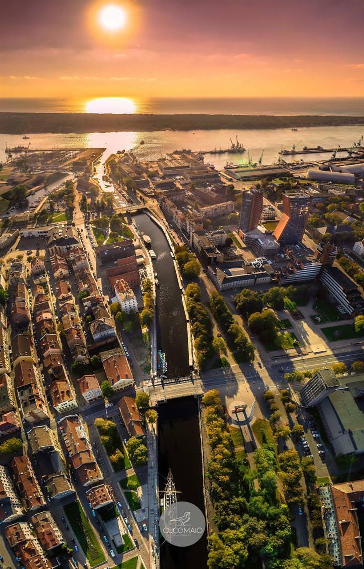 תמונות אוויריות מדהימות של ליטא: שקיעה  מעל העיר העתיקה של קלייפדה