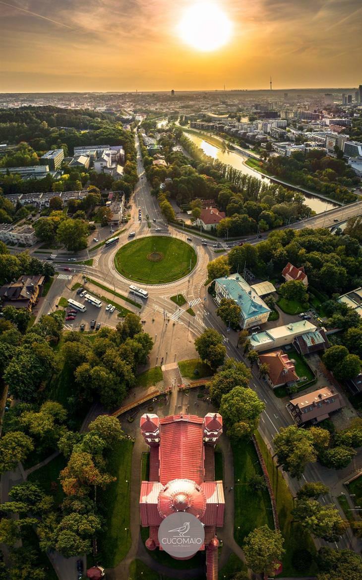 תמונות אוויריות מדהימות של ליטא: שקיעה מעל כנסיית סנט פטר וסנט פול