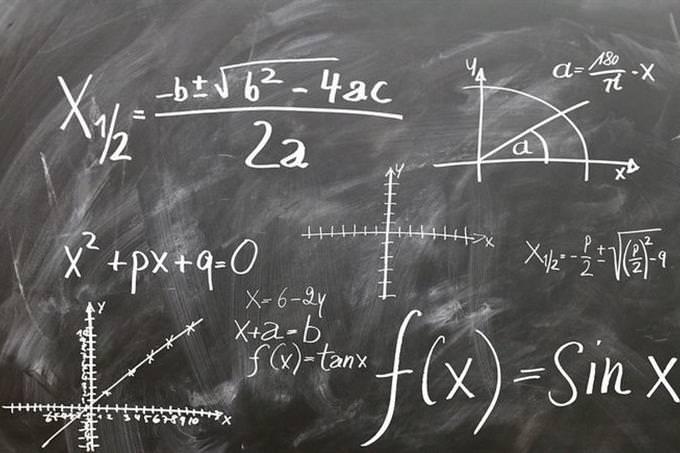 בחן את עצמך: לוח עם חישובים מתמטיים