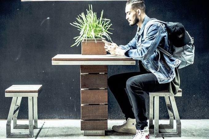 בחן את עצמך: בחור יושב ליד שולחן עם תיק על הגב