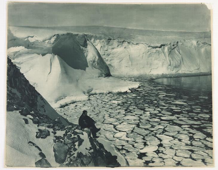 המסע ההיסטורי של משלחת אוסטרלאסיה לאנטארקטיקה: אחד החוקרים, פ. ביקרטון, במפרץ קומונוולת'