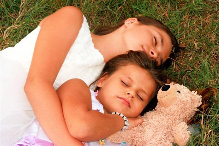 מנהגים יומיומיים שיכולים לשנות לכם את החיים: אישה ישנה עם ילדה על דשא