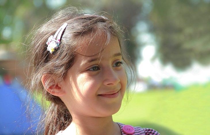 התמודדות של הורה מוחצן לילד מופנם: ילדה מחייכת