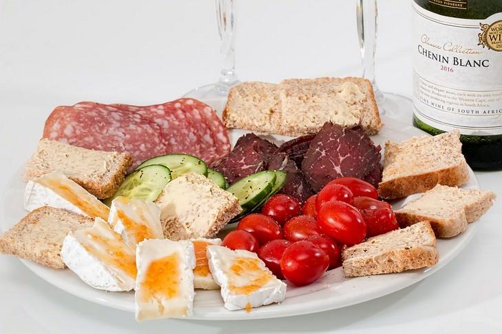 סיבות לכאבי ראש: צלחת גבינות, נקניקים, ירקות, לחם ויין