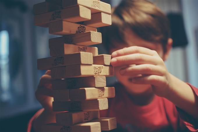 האם אתה קרוב להגשמת החלומות שלך: ילד משחק עם ג'נגה