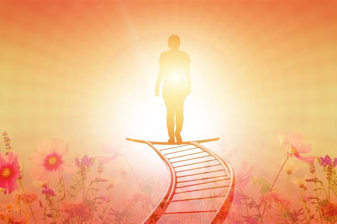 האם אתה קרוב להגשמת החלומות שלך: איור של איש שעומד בקצה מסלול מול קרן אור חזקה
