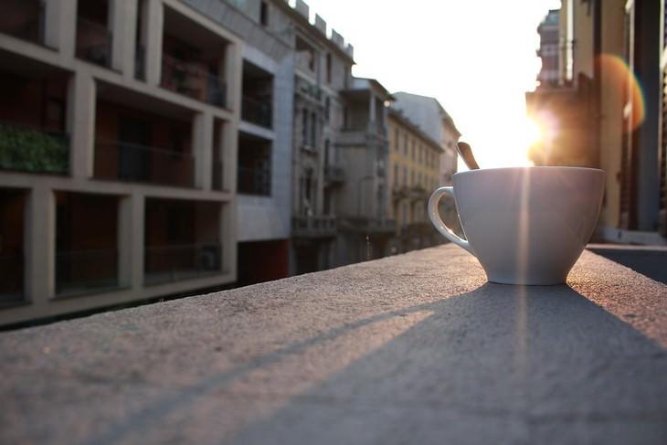 סיבות לכאבי ראש: כוס קפה על אדן חלון