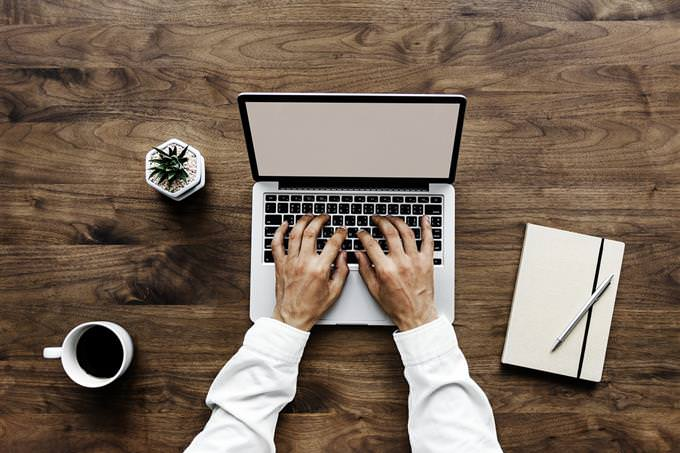 האם אתה קרוב להגשמת החלומות שלך: איש מקליד במחשב נייד