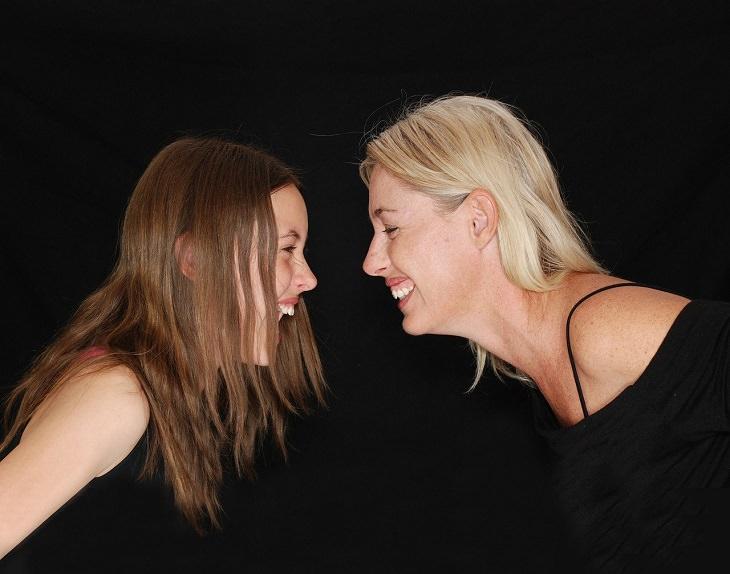 4 שלבי גידול ילדים על פי הטיבטים: ילדה צעירה ואימה עומדות פנים מול פנים