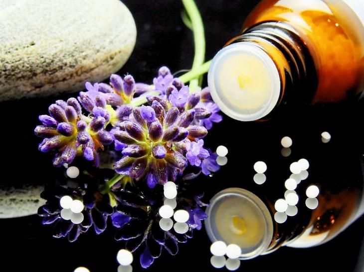 מהי נטורופתיה? בקבוקון שמן ופרחים