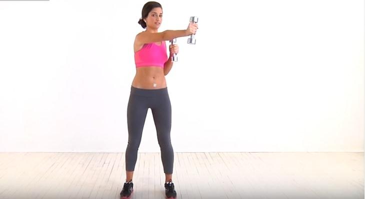תרגילים לחיזוק הגב ושרירים אחוריים: אישה מבצעת את תרגיל תנועות אגרוף עם משקוליות