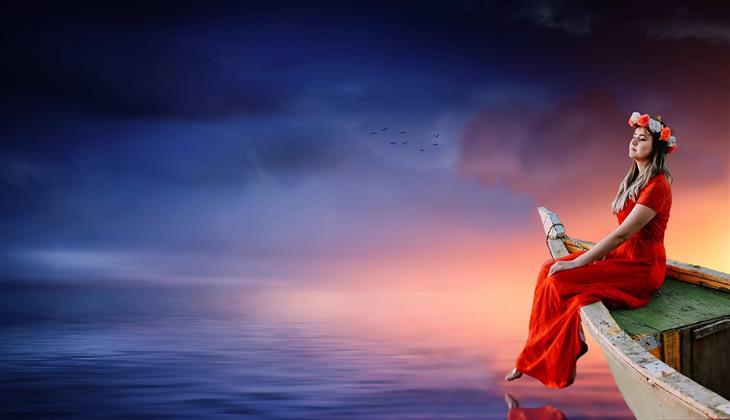 דברים מעוררי מחשבה שישנו את חייכם: אישה יושבת על סירה בלב ים