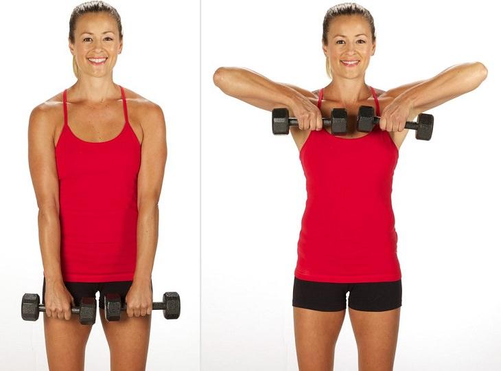 תרגילים לחיזוק הגב ושרירים אחוריים: אשה מבצעת הנפת משקוליות