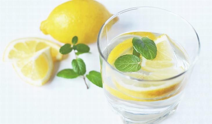 משקה טבעי לטיפול בכאבי ראש: לימון בתוך כוס מים