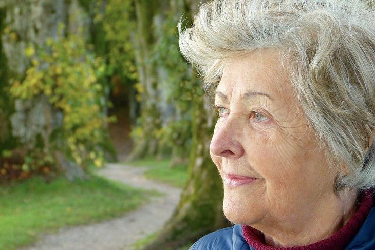מועקות וחרדות בגיל המבוגר: אישה מבוגרת מביטה הצידה