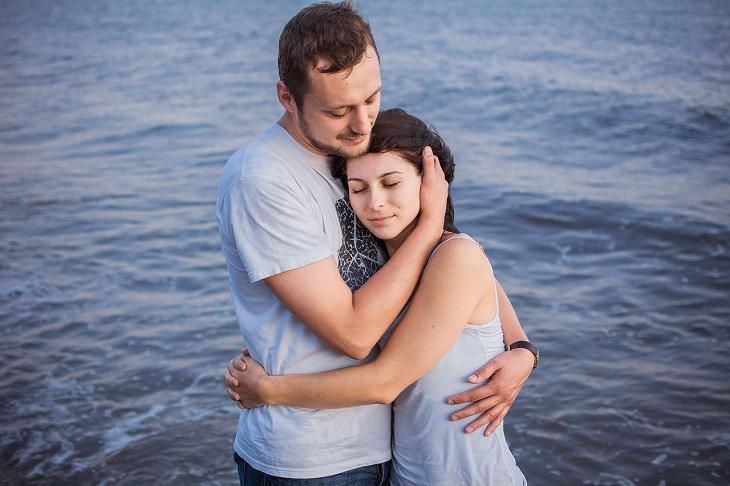 מאפיינים של זוגיות בריאה ומאושרת: גבר ואישה מחובקים
