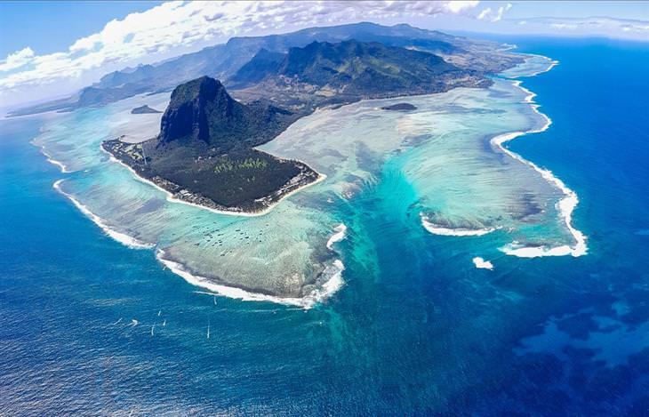 תמונות טבע מדהימות: מפל מים תת ימי בדרום מערב מאוריציוס