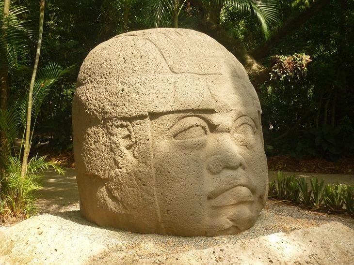פסל: ראשי האולמקים הענקיים