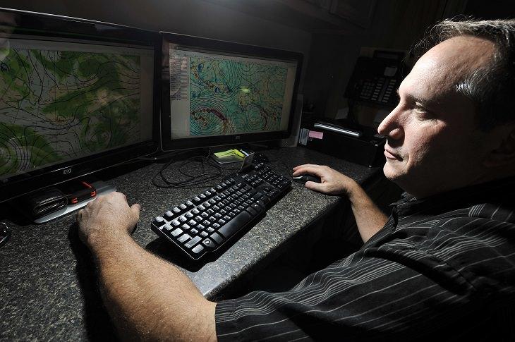 כללי בטיחות בטיולים: אדם יושב מול ממסכי מחשב ובודק את מזג האוויר
