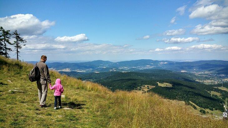כללי בטיחות בטיולים: אב וילדה שיצאו לטיול על רקע נופי טבע