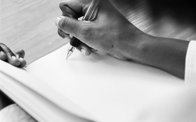 מבחן עברית: יד כותבת על דף