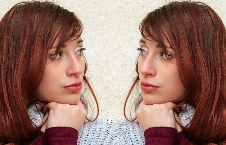 עובדות מפתיעות על המוח: אישה מסתכלת על עצמה