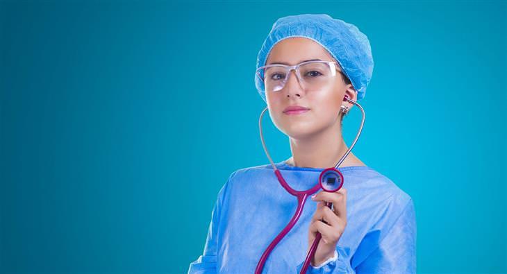 רשימת מטלות להיריון: רופאה עם סטטוסטקופ ביד