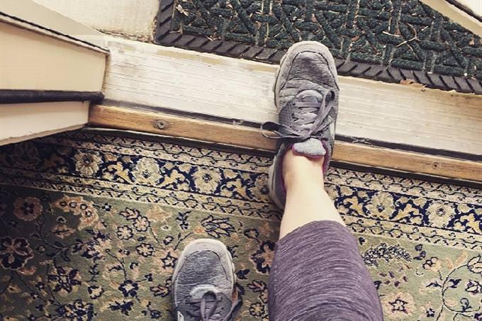 איזה עץ מסתתר באישיותך: רגל של אישה בצעד אל מחוץ לבית