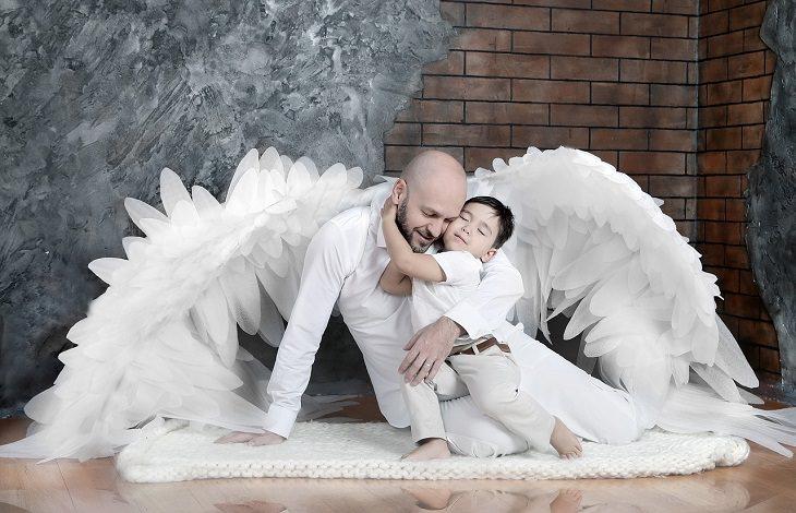 מסרים שגויים בסרטי דיסני: גבר עם כנפי מלאך מחבק ילד