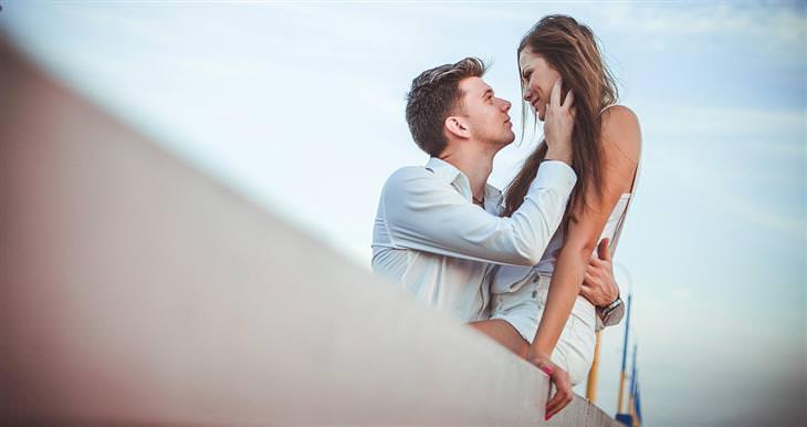 חוקים לזוגיות מאושרת: זוג עומד על גשר