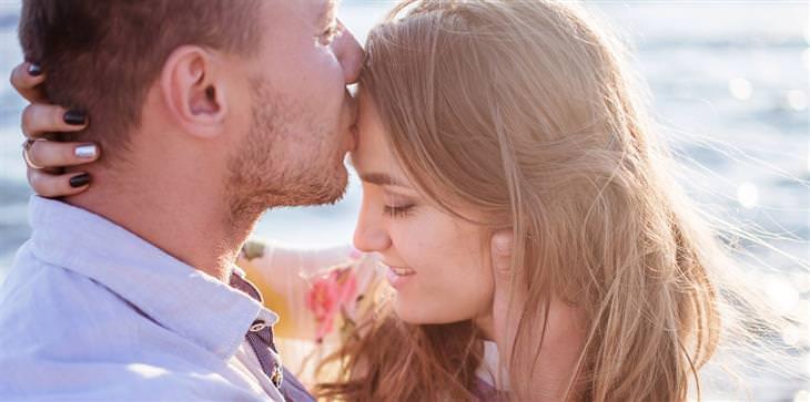 חוקים לזוגיות מאושרת: גבר מנשק אישה במצח