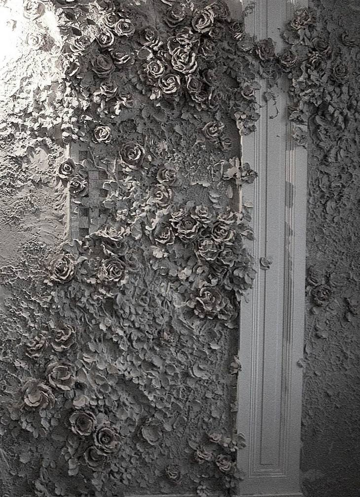גוגה טנדאשווילי: קיר מלא פרחי גבס מגולפים