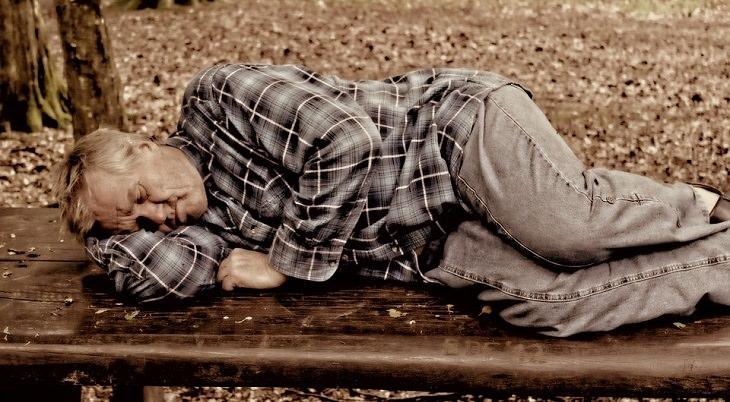 תוסף B12:  גבר מבוגר ישן על ספסל