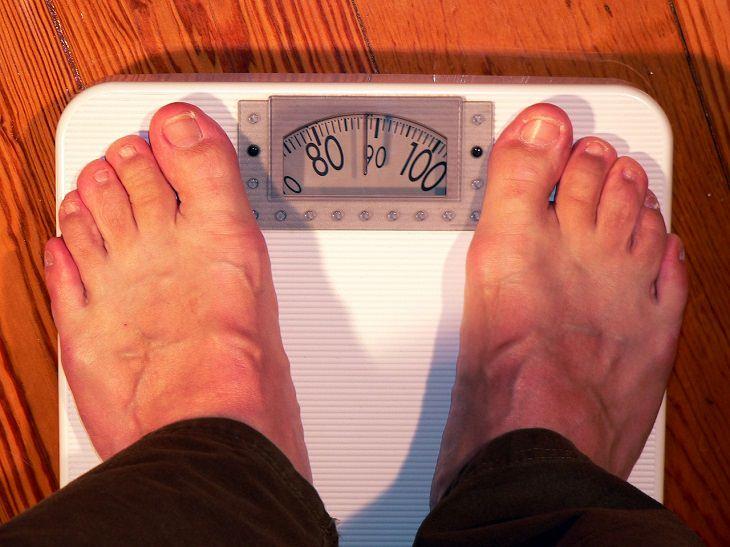 סימנים לקורטיזול גבוה: רגליים על משקל