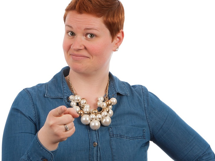 תכונות אופי של בעלי אישיות חזקה: אישה מצביעה קדימה ועושה פרצוף מתרשם