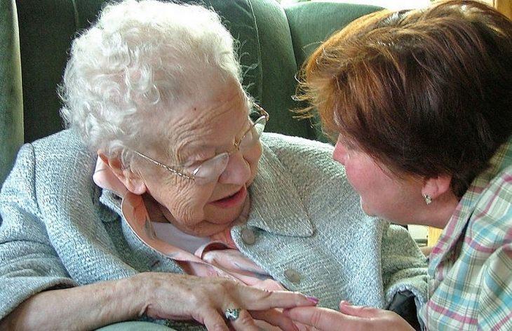 טיפול בדמנציה: אישה בוגרת סועדת אישה זקנה