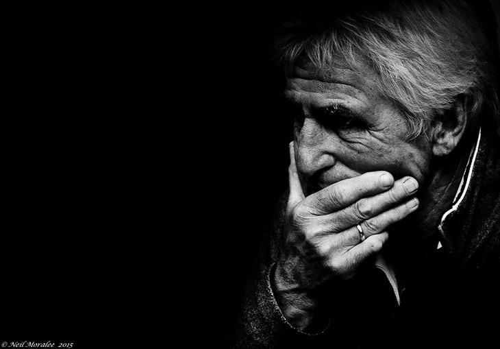 טיפול בדמנציה: איש מבוגר נראה מודאג ותופס את סנטרו