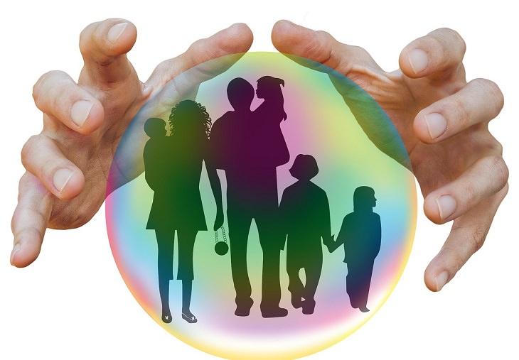 אתגרים שילדים מתמודדים עימם: ידיים מחזיקות איור של משפחה