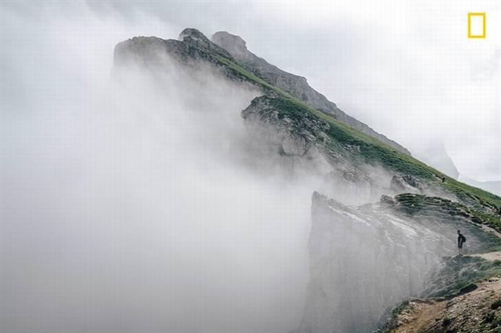 תמונות טבע מדהימות מתחרות הצילום של נשיונל ג'יאוגרפיק 2018: צוקים שקצותיהם נעלמים ומתמזגים בעננים