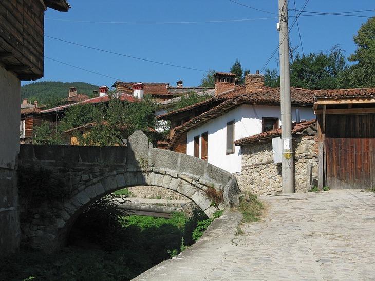 בולגריה: גשר המקשר בין שתי רחובות בעיירה קופריבשטיצה