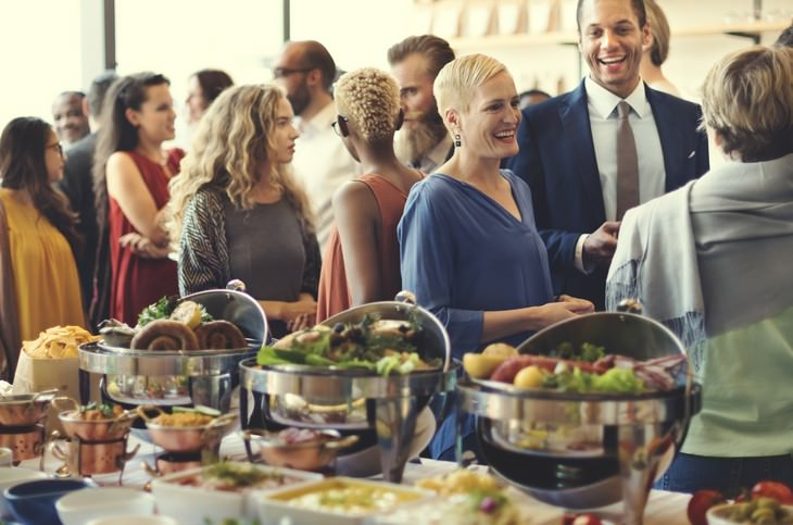 תכנון אירוע חברה מוצלח: אנשים אוכלים באירוע חברה
