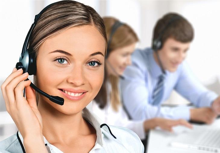 חוקים על שירות מענה ללקוחות: נציגת שירות מחייכת